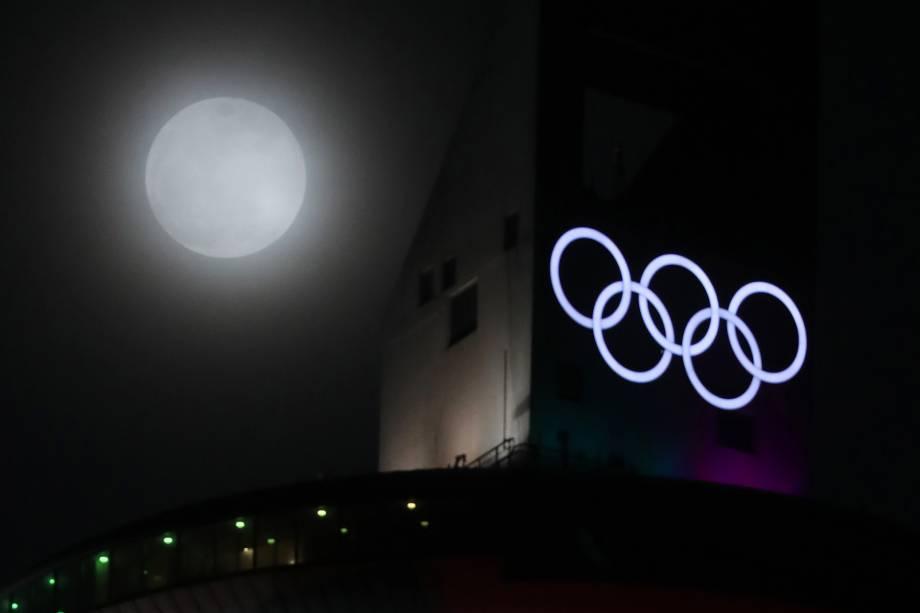 Superlua azul de sangue é vista atrás da pista de esqui em Pyeongchang, sede dos Jogos de Inverno 2018, na  na Coreia do Sul