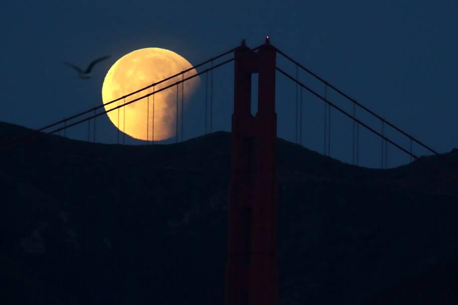 Superlua azul de sangue é vista atrás da Ponte Golden Gate, em São Fransisco