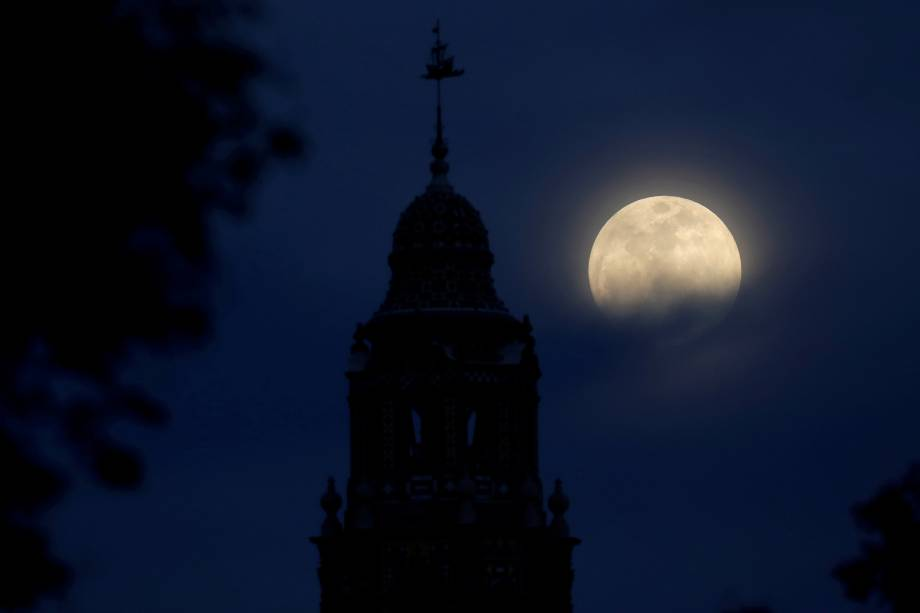 A blue moon rises over Balboa Park's California Tower in San Diego, California, U.S., January 30, 2018.    REUTERS/Mike Blake     TPX IMAGES OF THE DAY