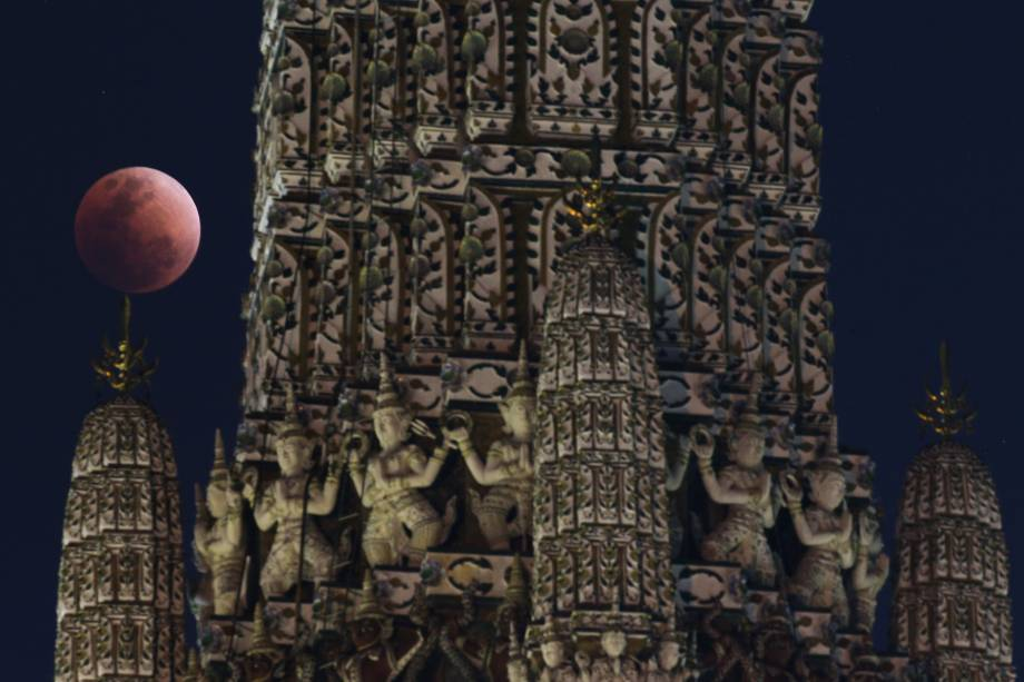 Superlua azul de sangue é vista atrás de um templo em Bangkok, Tailândia