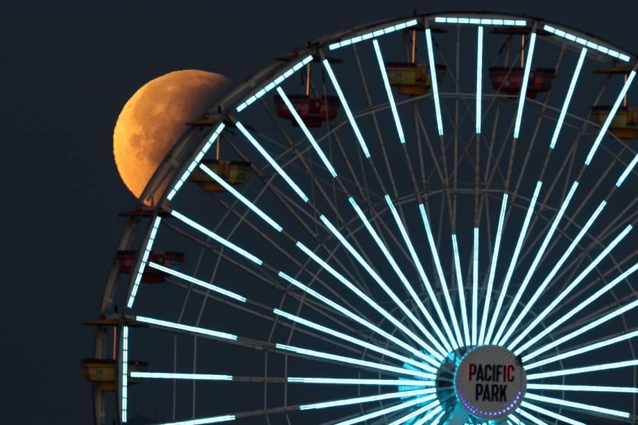 Superlua azul de sangue é vista atrás de uma roda-gigante em Santa Monica, Califórnia