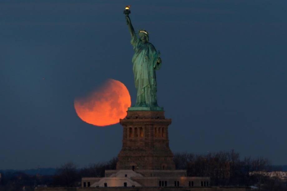 Superlua azul de sangue é vista atrás da Estátua da Liberdade, em Nova York