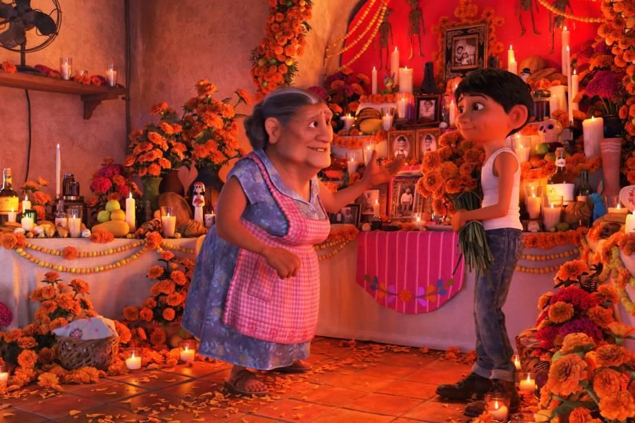 Abuelita e Miguel asseguram que sua casa seja adornada para o Dia dos Mortos