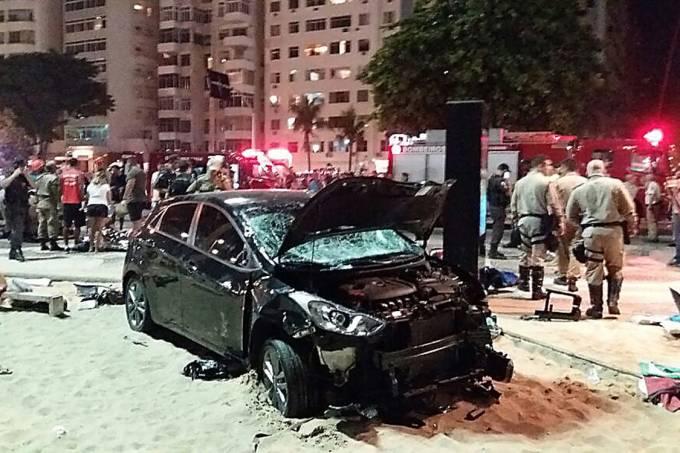 Carro é visto destruído após invadir o calçadão da Praia de Copacabana e atropelar pelo menos 20 pessoas, no Rio