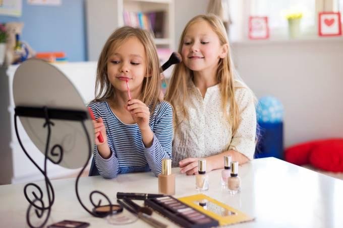 Garotas passando maquiagem