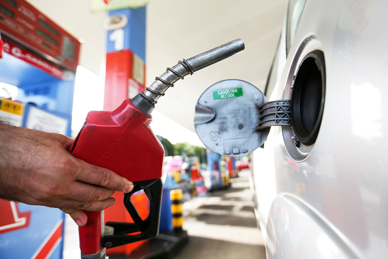 Petrobras aumenta o preço da gasolina em 4% nas refinarias | VEJA