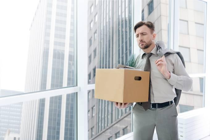 Homem carregando caixa