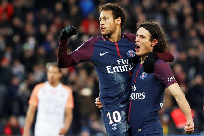 Neymar comemora com Edinson Cavani após marcar gol de pênalti, durante partida contra o Montpellier, válida pelo Campeonato Francês - 27/01/2018