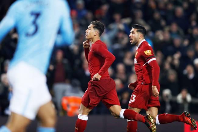 O jogador Roberto Firmino, do Liverpool, comemora após marcar gol durante partida contra o Manchester City, válida pelo Campeonato Inglês - 14/01/2018