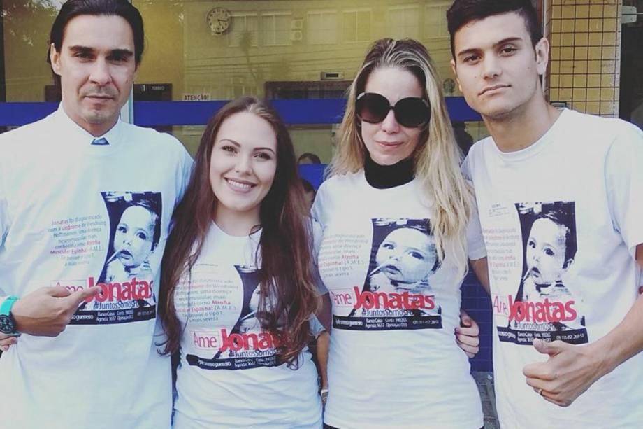 Os atores André Gonçalves e Danielle Winits com os pais de Jonatas, Aline e Renato Openkoski