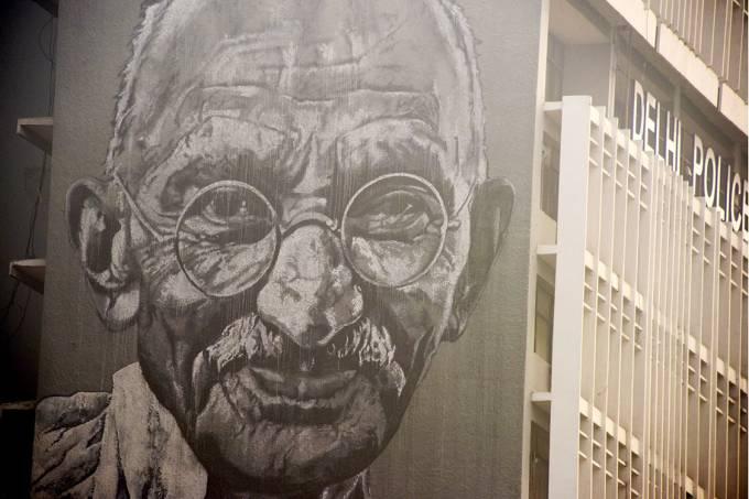 Pintura de Mahatma Gandhi em um prédio na cidade de Nova Délhi, Índia