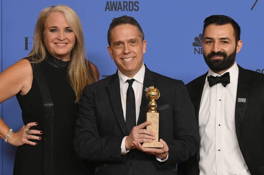 A produtora Darla K. Anderson, o diretor Lee Unkrich e Adrian Molina posam com o prêmio Melhor filme de animação para 'Viva - A Vida é Uma Festa'