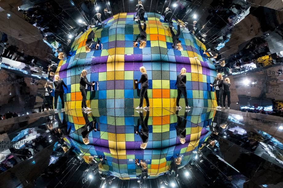 Reflexos de uma visitante são vistos em frente a uma parede com amostras de tapete durante a feira Domotex, sobre pavimentos e suas possíveis coberturas, no salão de exposições de Hanôver, centro da Alemanha - 11/01/2018