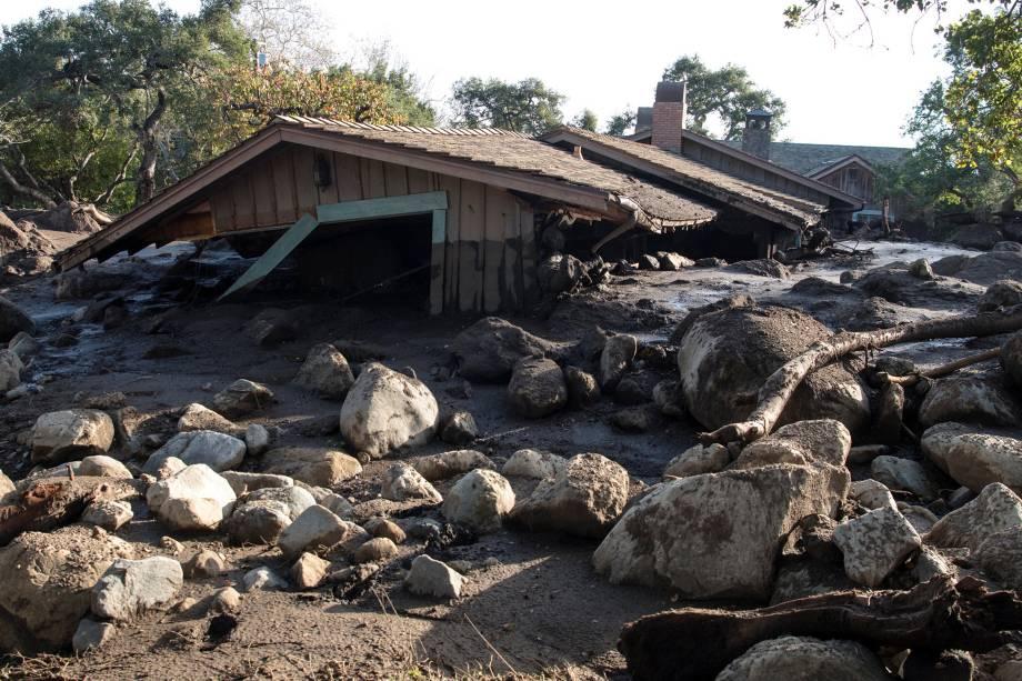 Uma casa na estrada Glen Oaks é vista cercada por lama e pedras após o deslizamento que atingiu a cidade de Montecito, no estado americano da Califórnia - 11/01/2018