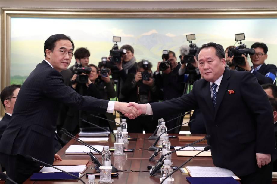 Chefe da delegação norte-coreana, Ri Son Gwon aperta a mão do colega sul-coreano, Cho Myoung-gyon, após encontro na aldeia Truez, Panmunjom, na zona desmilitarizada que separa as duas Coreias - 09/01/2018