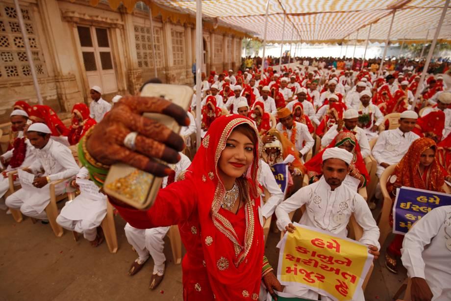 Noiva tira uma selfie após realizar seus votos de casamento durante uma cerimônia de casamento em massa na qual, de acordo com seus organizadores, 111 casais muçulmanos fizeram seus votos de casamento, em uma mesquita em Ahmedabad, na Índia - 11/01/2018