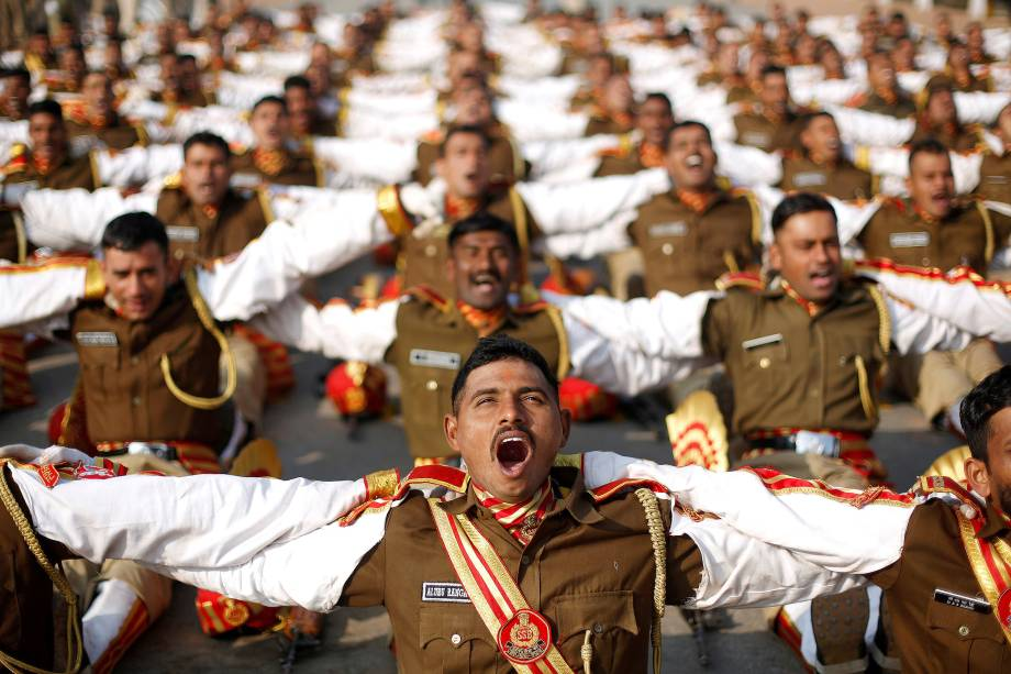 Soldados participam de uma sessão de yoga durante o ensaio para o desfile do Dia da República em uma manhã de inverno em Nova Deli, na Índia - 11/01/2018