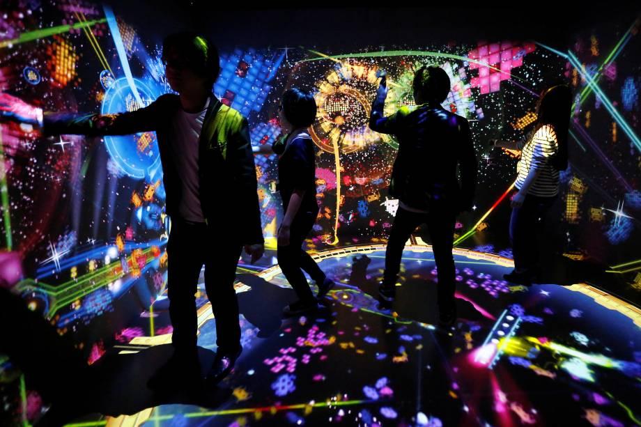 Pessoas jogam a novidade da Bahamut Disco feat. Space Invaders VR durante o evento de pré-visualização do Play!, para comemorar o 40º aniversário do jogo em Tóquio, no Japão - 11/01/2018