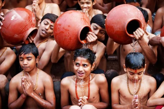 Estudantes tomam banho sagrado no mês hindu de Magh, em Ahmedabad, na Índia – 01/01/2018
