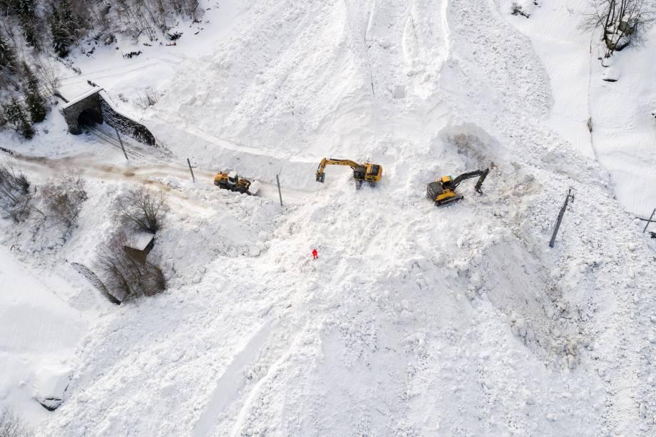 Escavadeiras removem a neve no local de uma avalanche que cobriu a ferrovia da empresa Brig Visp Zermatt Bahn entre as cidades de Visp e Taesch, nos Alpes Suíços - 10/01/2018