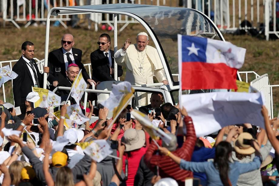 Papa Francisco acena para fiéis durante chegada na base aérea de Maquehue, em Temuco (Chile), onde reza uma missa - 17/01/2017