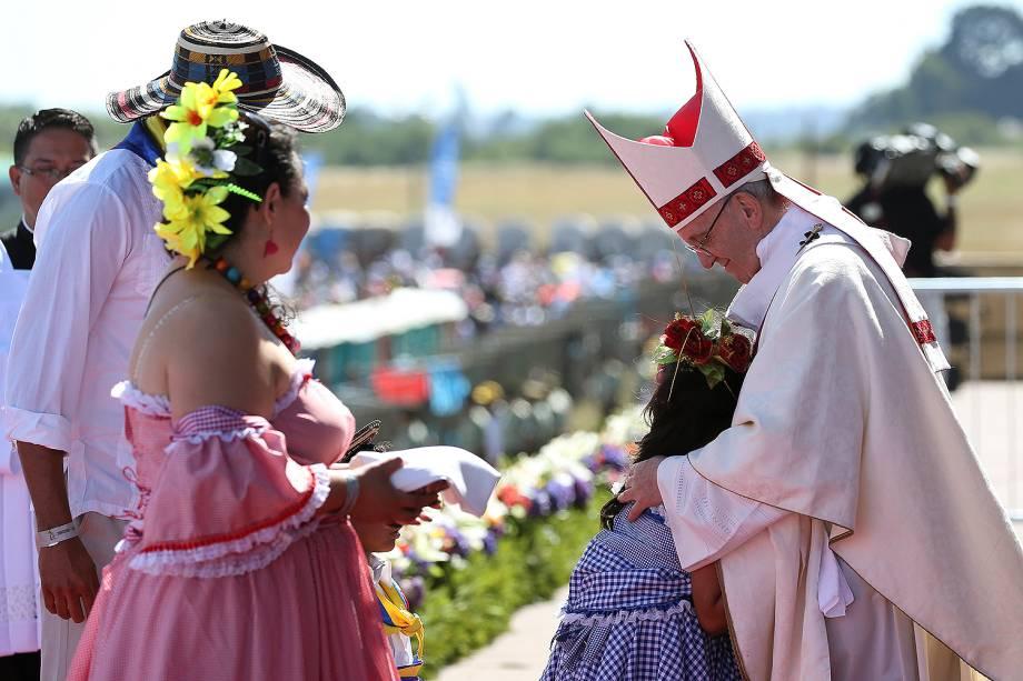 Papa Francisco abraça uma criança durante a celebração de uma missa na base aérea de Maquehue, em Temuco (Chile) - 17/01/2017