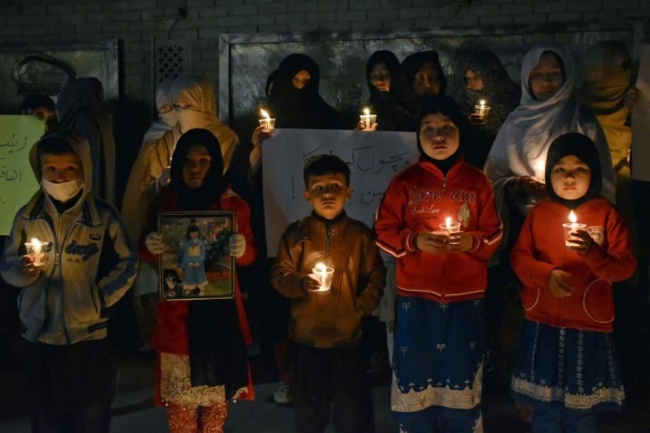 Membros da comunidade de Hazara acendem velas em homenagem à Zainab Ansari, de 7 anos, estuprada e morta na cidade de Kasur, no Paquistão - 11/01/2018