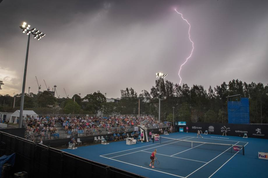 Fotógrafo registra trovão em partida entre a tenista alemã Angelique Kerber e Lucie Safarova da República Checa no primeiro dia do torneio Internacional de Sydney, na Austrália - 08/01/2018