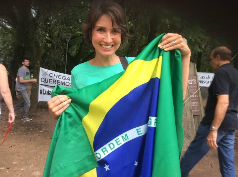 Vereadora Nádia Gerhard (PMDB) pintou as unhas nas cores da bandeira do brasil para protesto contra Lula