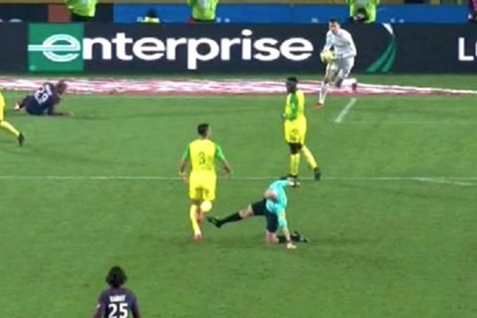Árbitro Tony Chapron tenta chutar o brasileiro Diego Carlos, do Nantes