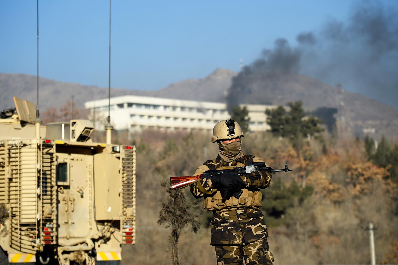 Membro das forças de segurança afegã realiza patrulha próximo ao Hotel Intercontinental, em Cabul - 21/01/2018