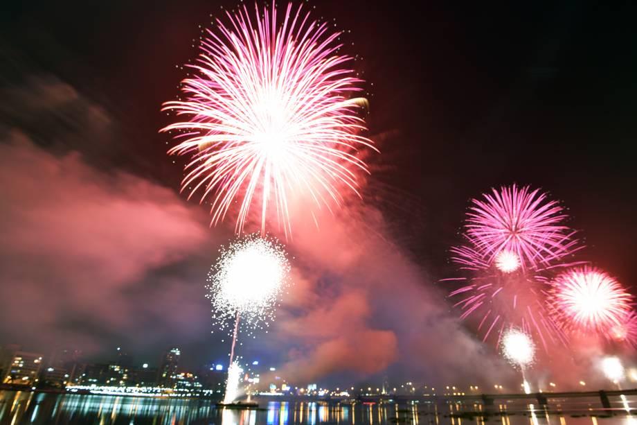 Fogos de artifício explodem sobre a Lagoa Ébrié, na cidade de Abidjan, na Costa do Marfim