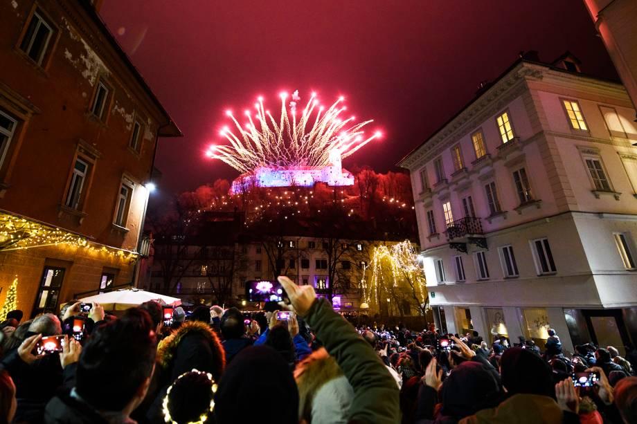Fogos de artifício explodem próximos do Castelo de Lubliana, na Eslovênia