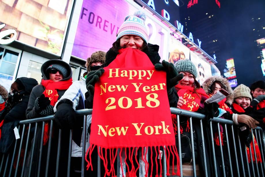 Multidão aguarda chegada do Ano Novo na Times Square, em Nova York