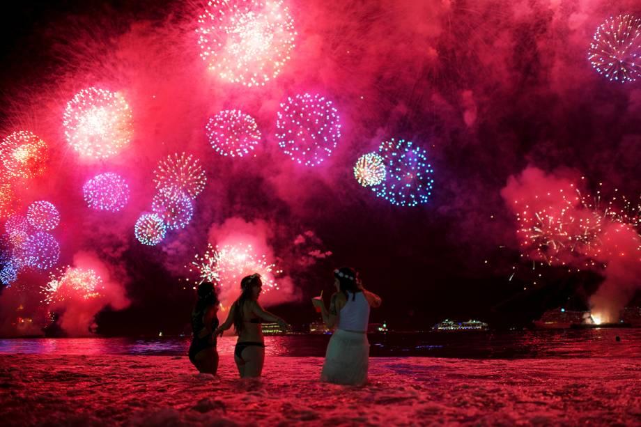 Banhistas assistem queima de fogos na Praia de Copacabana, no Rio de Janeiro (RJ)