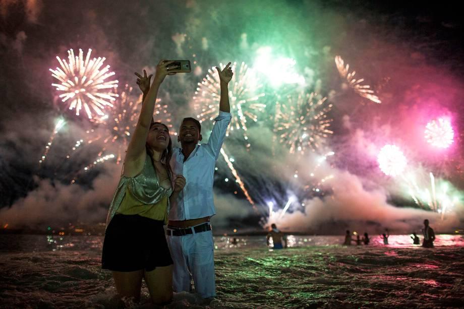 Pessoas tiram selfies na Praia de Copacabana, no Rio de Janeiro (RJ), durante a celebração do Ano Novo