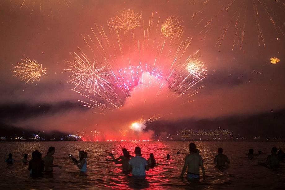Banhistas assistem queima de fogos na Praia de Copacabana, no Rio de Janeiro (RJ), durante a chegada do Ano Novo - 01/01/2018