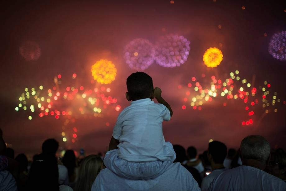 Fogos de artifício celebram a chegada de 2018 na Praia de Copacabana, no Rio de Janeiro (RJ) - 01/01/2018