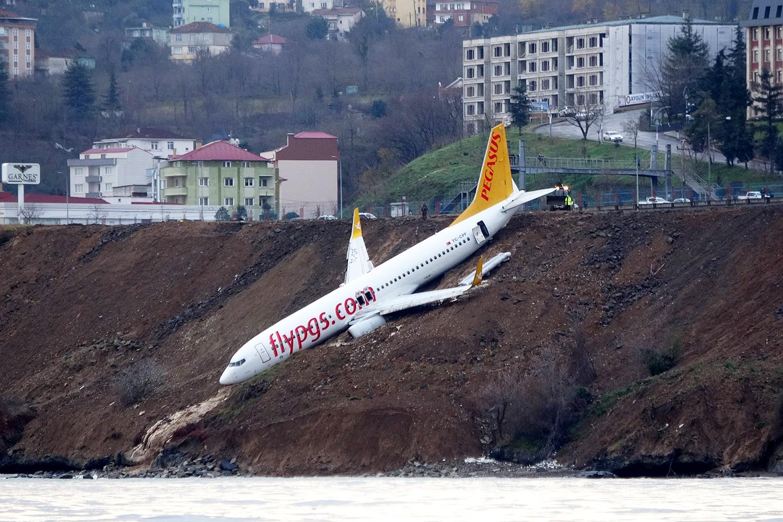 Avião da Pegasus Airlines derrapa na pista de pouso em aeroporto na costa da Turquia - 14/01/2018