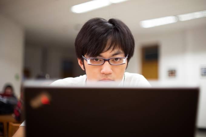 Jovem chines usando o computador