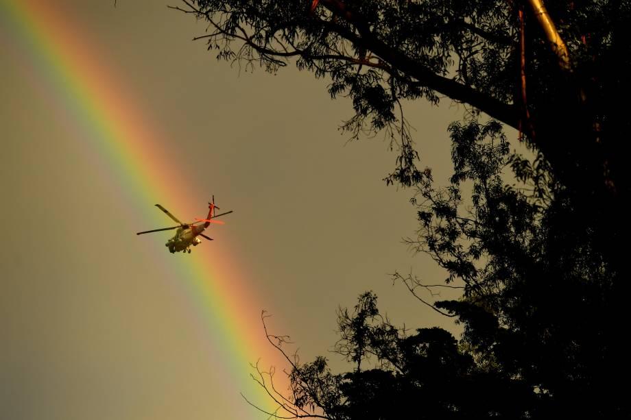Helicóptero da Guarda Costeira passa por Montecito, na Califórnia, depois que uma grande tempestade atingiu uma área de queimada - 09/01/2018
