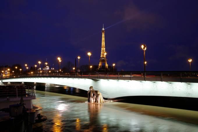 Inundação do rio Sena provoca enchentes em Paris