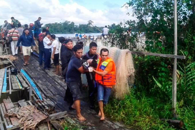 Barco naufraga na Indonésia