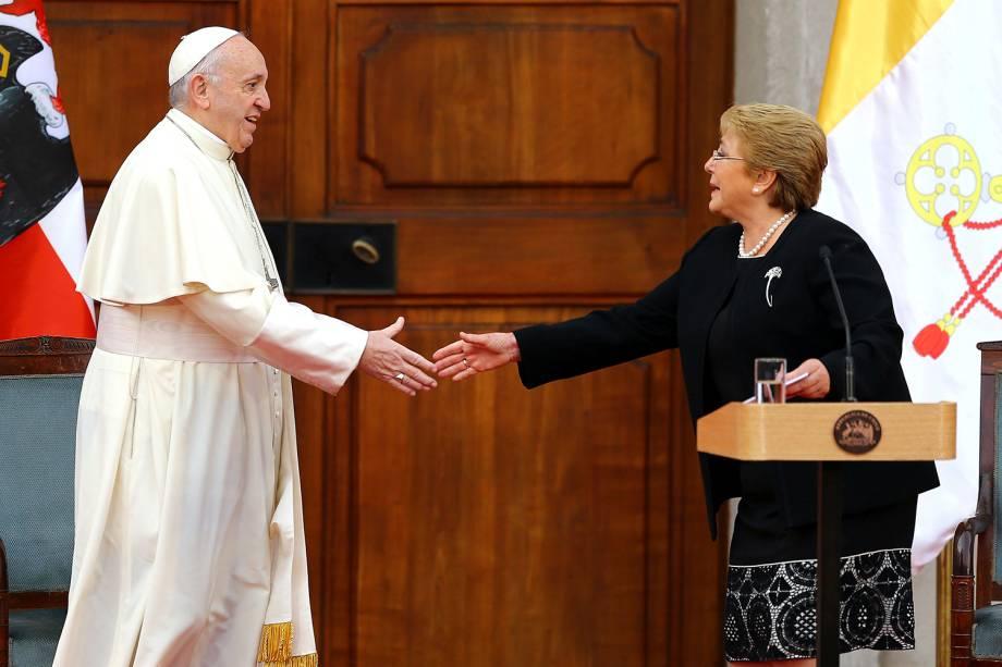 Papa Francisco cumprimenta a presidente do Chile, Michelle Bachelet, no Palácio de La Moneda - 16/01/2018