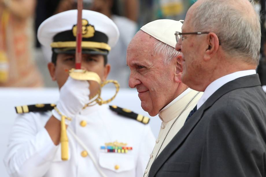 Papa Francisco é recepcionado pelo presidente do Peru, Pedro Pablo Kuczynski, ao chegar na capital do país, Lima - 18/01/2018