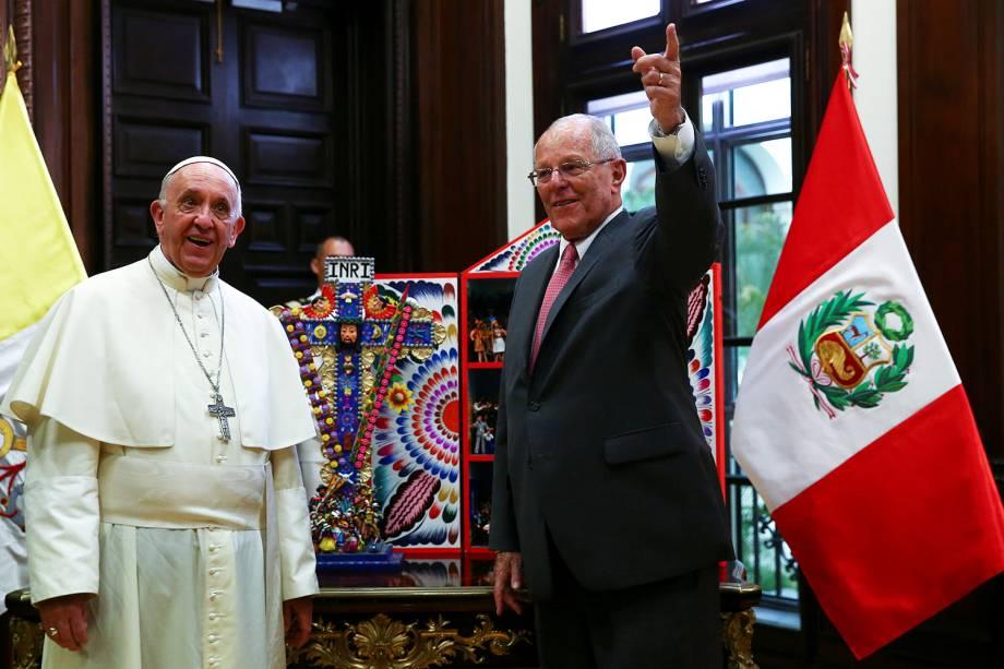 O presidente do Peru, Pedro Pablo Kuczynski, troca presentes com o Papa Francisco no Palácio do Governo, em Lima -  19/01/2018