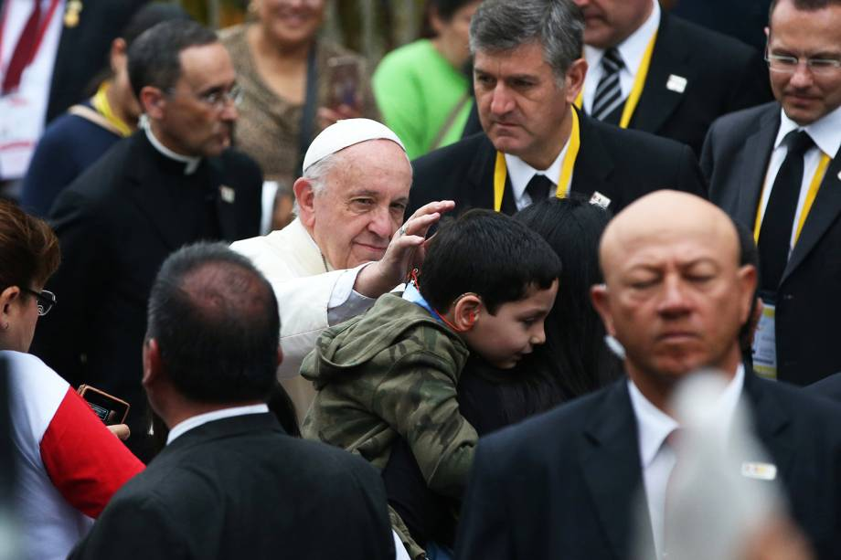 Papa Francisco abençoa criança ao deixar uma nunciatura em Lima, capital do Peru - 20/01/2018