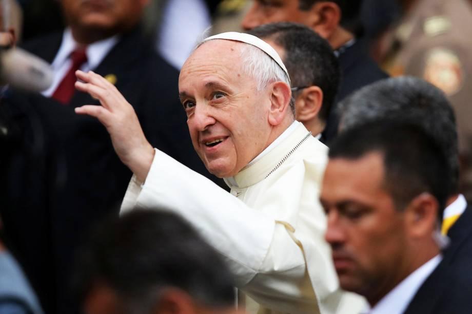 Papa Francisco acena para multidão ao deixar uma nunciatura em Lima, capital do Peru - 20/01/2018