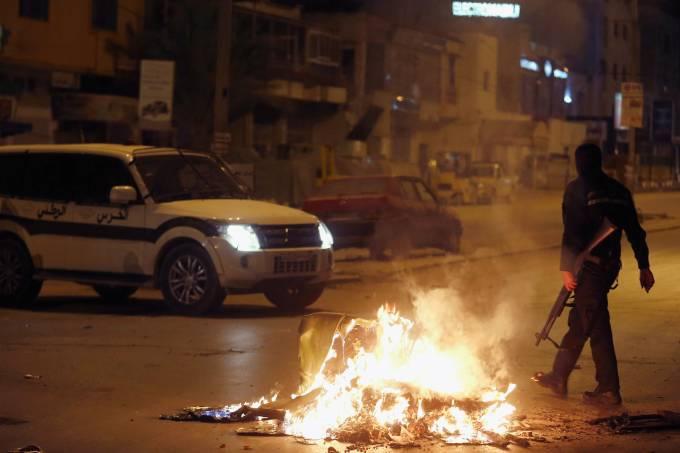 Protestos na Tunísia contra aumento dos preços e aumentos de impostos
