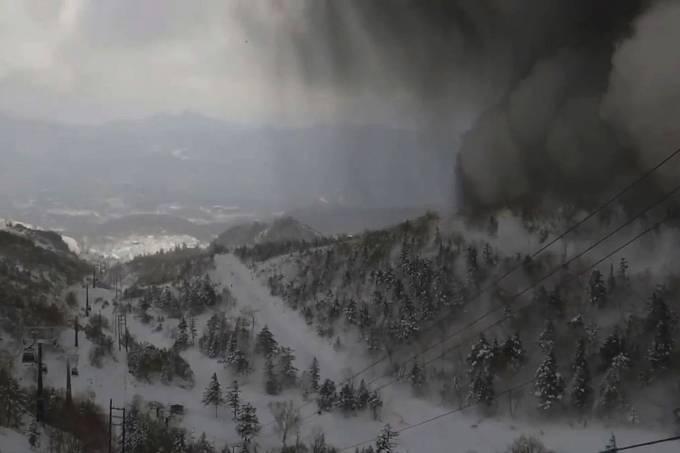 Erupção vulcânica seguida de avalanche no Japão